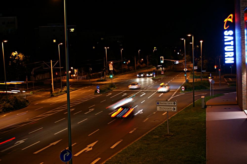 Eine Sekunde: Innenstadt bei Nacht.