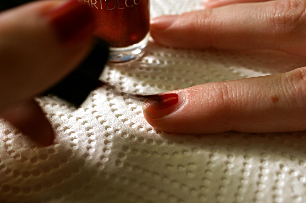 Eine Sekunde: Die Nägel lackieren