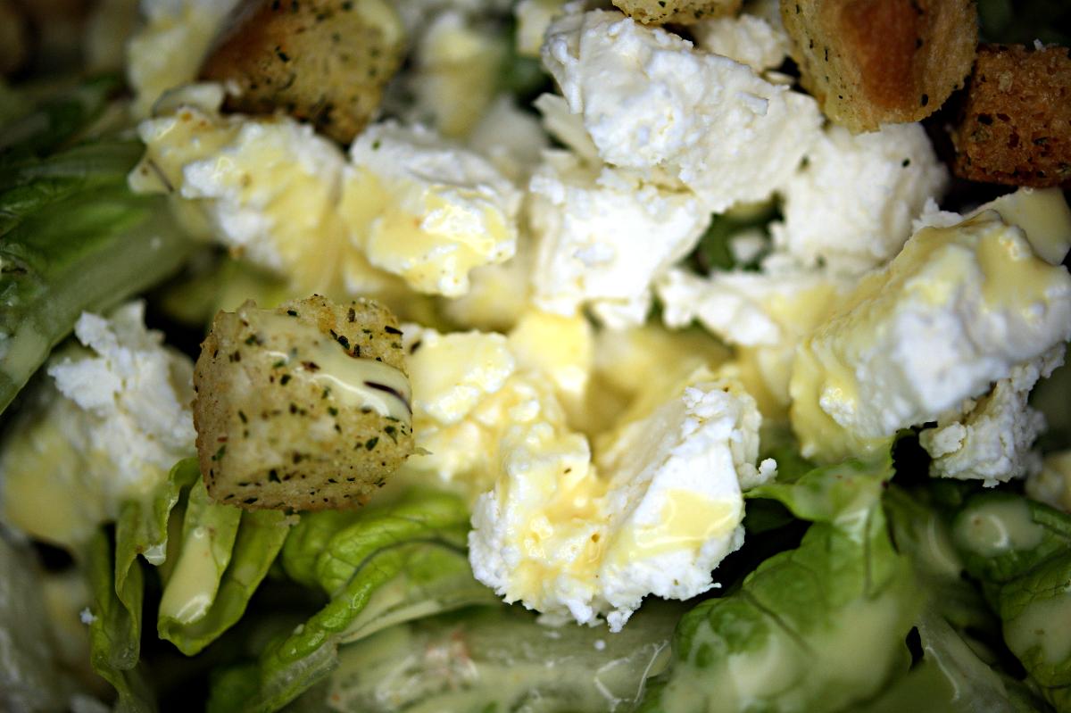 Wenn ich mal was Hübsches esse, fotografiere ich es auch.  Heute gabs Salat mit Schafskäse, Croutons und Honig-Senf-Dressing.